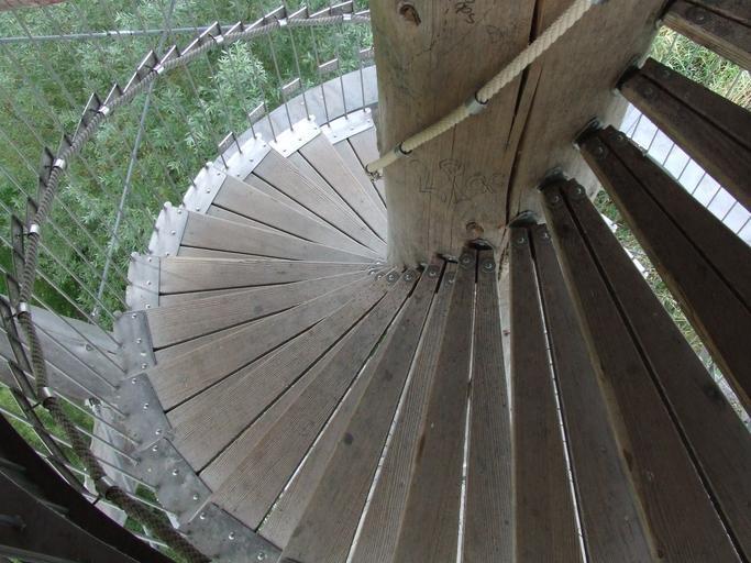 Točité schody v exteriéri s kovovým zábradlím