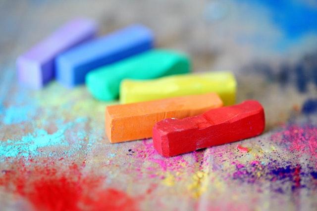 Farebné kriedy na stole.jpg