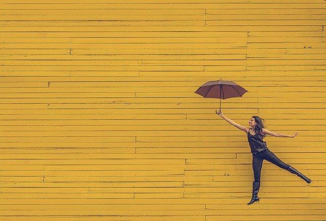 žena s dáždnikom tancuje.jpg