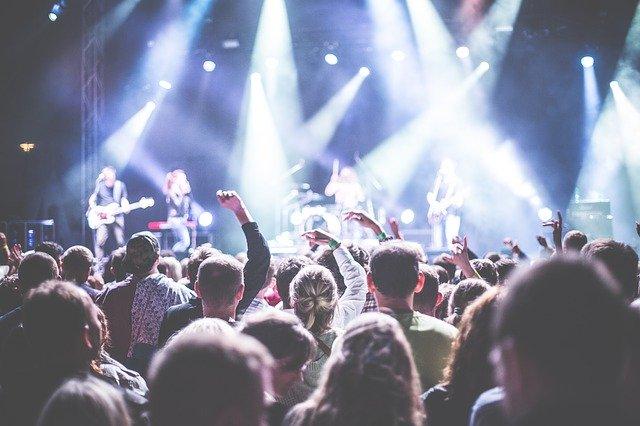 ľudia na koncerte.jpg