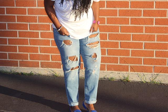 Módne džínsy s prestrihmi