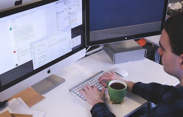 Človek pracuje s počítačom, Apple
