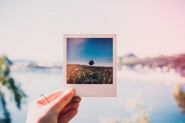 Človek drží v ruke fotografiu