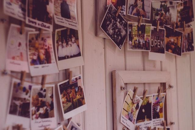 Fotky štipcami pripevnené na stene