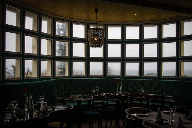 veľké okná v bare
